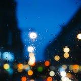Emocjonalny melancholijny abstrakcjonistyczny tło z defocused światła bokeh w Londyn, UK behind deszcz opuszcza w nadokiennym szk Zdjęcie Royalty Free