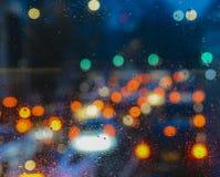 Emocjonalny melancholijny abstrakcjonistyczny tło z defocused światła bokeh w Londyn, UK behind deszcz opuszcza w nadokiennym szk Obraz Royalty Free