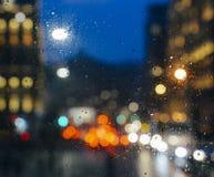 Emocjonalny melancholijny abstrakcjonistyczny tło z defocused światła bokeh w Londyn, UK behind deszcz opuszcza w nadokiennym szk Zdjęcie Stock