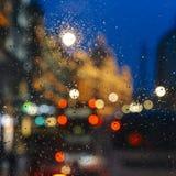Emocjonalny melancholijny abstrakcjonistyczny tło z defocused światła bokeh w Londyn, UK behind deszcz opuszcza w nadokiennym szk Zdjęcia Stock