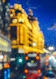 Emocjonalny melancholijny abstrakcjonistyczny tło z defocused światła bokeh w Londyn, UK behind deszcz opuszcza w nadokiennym szk Fotografia Royalty Free