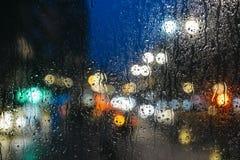 Emocjonalny melancholijny abstrakcjonistyczny tło z defocused światła bokeh w Londyn, UK behind deszcz opuszcza w nadokiennym szk Fotografia Stock