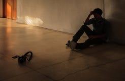 Emocjonalny moment: mężczyzna mienia siedząca głowa ręką, zaakcentowana smutna młoda samiec ma umysłowych problemy, czuje bad, de obraz royalty free