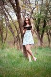 Emocjonalny portret dziewczyna w parka lub lasu A dziewczynie w su fotografia stock