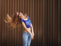 Emocjonalny portret elegancki ładna młoda modniś blondynki kobieta w szkłach moda, iść szalony Zdjęcia Stock