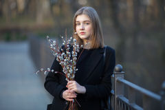 Emocjonalny portret młoda szczęśliwa piękna kobieta jest ubranym czarnego żakiet pozuje na moscie przy evening g z bukietem wierz Obraz Royalty Free