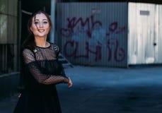 Emocjonalny portret moda elegancki portret ładna młoda kobieta miasto portret piękna brunetka kłębi wokoło wewnątrz Obraz Stock