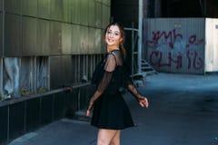 Emocjonalny portret moda elegancki portret ładna młoda kobieta miasto portret piękna brunetka kłębi wokoło wewnątrz Obraz Royalty Free