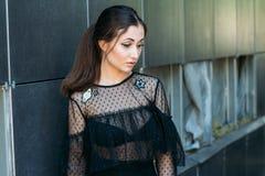 Emocjonalny portret moda elegancki portret ładna młoda kobieta miasto portret smutna dziewczyna Brunetka w Czarny Sukni expectat Zdjęcia Royalty Free