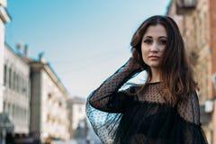 Emocjonalny portret moda elegancki portret ładna młoda kobieta miasto portret smutna dziewczyna Brunetka w Czarny Sukni expectat Zdjęcie Stock