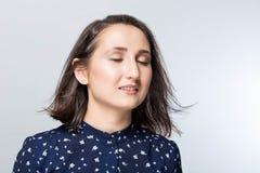 Emocjonalny portret piękna dziewczyny twarz z oczami zamykającymi, marzycielski młody brunetka model na białym tle, zakończenie zdjęcia stock