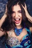 Emocjonalny portret piękny atrakcyjny model z luźnym fryzury i profesjonalisty makeup zdjęcie stock