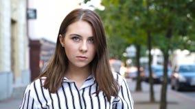 Emocjonalny portret piękna dziewczyna zdjęcie wideo