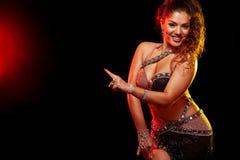 Emocjonalny portret pi?kna kobieta, tradycyjny ballydance tancerz taniec etniczny Brzucha taniec dancingowy plemienny dziewczyna fotografia stock