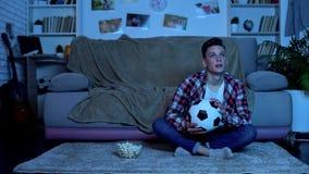 Emocjonalny studencki dopatrywanie mecz pi?karski na tv, dru?yna narodowa. wygrana gra zdjęcia royalty free