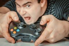 Emocjonalny uzależniony mężczyzna bawić się gra wideo obraz royalty free