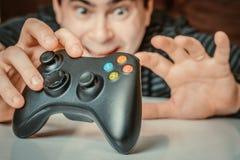 Emocjonalny uzależniony mężczyzna bawić się gra wideo fotografia stock