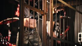 Emocjonalny występ piosenka przy koncertem Kobieta wokalista i inni członkowie grupowa pozycja za zbiory