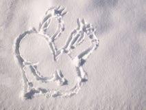 Emoji de sourire peint sur la neige, vue en gros plan et supérieure photographie stock libre de droits