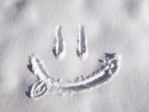 Emoji de sourire peint sur la neige, vue en gros plan et supérieure photos stock