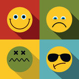 Emoji, emoticons pictogrammen in vlakke stijl op kleurenachtergrond Stock Fotografie