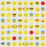 Emoji symbolssamling med olika emotionella framsidor stock illustrationer