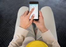 emoji unter Verwendung des Telefons Emoji stellen gegenüber Lizenzfreies Stockfoto