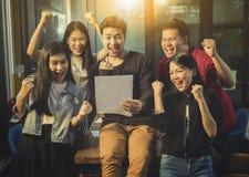 Emot för lycka för asiatiskt mer ung frilans- teamworkjobb lyckad Fotografering för Bildbyråer