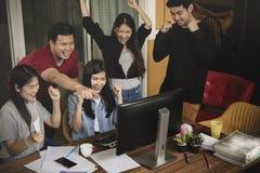 Emot för lycka för asiatiskt mer ung frilans- teamworkjobb lyckad Arkivbild