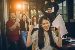Emot för lycka för asiatiskt mer ung frilans- teamworkjobb lyckad arkivbilder