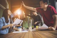 Emot för lycka för asiatiskt mer ung frilans- teamworkjobb lyckad Royaltyfri Fotografi