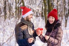 Emothions heureux des couples dans l'amour en hiver Photo libre de droits