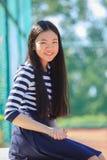亚裔女孩暴牙的微笑的幸福emoti的画象愉快的面孔 免版税库存照片