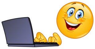 Emoticon con el ordenador Imagen de archivo libre de regalías