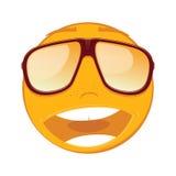 Emoticon, der in Sonnenbrille auf weißem Hintergrund lächelt Lizenzfreie Stockbilder