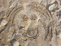 Emoticon dipinto sulla sabbia Fisiognomica divertente, fronte Sorriso sulla spiaggia fotografie stock libere da diritti