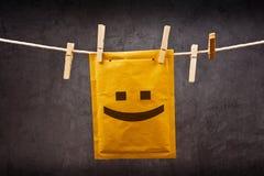 Emoticon feliz de la cara en sobre del correo Imágenes de archivo libres de regalías