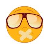 Emoticon met zelfklevende verbanden over zijn lippen in zonnebril op witte achtergrond Stock Foto