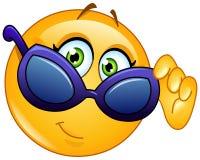 Emoticon patrzeje nad okularami przeciwsłonecznymi Zdjęcia Stock