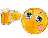 Emoticon sonriente de la historieta que sostiene la cerveza Imágenes de archivo libres de regalías