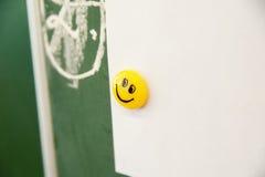 Emoticon sonriente en el escritorio Fotografía de archivo