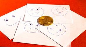 Emoticons på anmärkningsklistermärkear och bitcoin Arkivbild