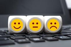 Emoticons på ett tangentbord, lyckligt som är olyckligt arkivfoto