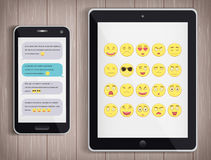 Emoticonuppsättning med PC för realistisk telefon och minnestavla Emoticon för webbplatsen, pratstund, sms Modern plan design vek Arkivfoton