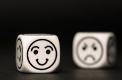 Emoticonwürfel mit glücklicher und trauriger Ausdruckskizze Stockbild