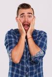 emoties Jonge mens in blauw overhemd royalty-vrije stock foto