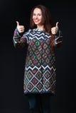 Emoties, uitdrukkingen Jonge donkerbruine vrouw in heldere sweater sm Royalty-vrije Stock Foto