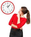 Emoties van meisje, dat de klok bekijkt Stock Foto