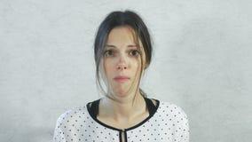 Emoties van zuur op het gezicht van het meisje Donkerbruine vrouw die zure mandarijn en het inekrimpen eten stock videobeelden