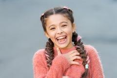 Emotiesconcept Bijna het gestorven lachen Het humeur en reageert grappig verhaal Kinderjaren en gelukconcept Jong geitje met vrol stock foto's